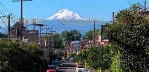 Xalapa, Ver., 21 de enero de 2021.- Tras los fríos y lluviosos días de las últimas semanas, el volcán Pico de Orizaba luce imponente y extensamente nevado. La vista desde la calle Volcán de Colima, en Xalapa y otra desde el municipio de Huatusco.