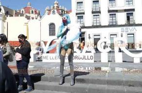 """Xalapa, Ver., 21 de enero de 2021.- Miembros de la comunidad de drag queen y la organización """"Orgullo Xalapa"""" recorrieron la calle de Enriquez para promover el uso del cubrebocas."""