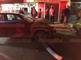 Xalapa, Ver., 21 de enero de 2021.- La noche de este jueves se registró un fuerte choque entre un taxi y un auto particular sobre la avenida Ramón López, a la altura de la gasolinera, en la José Vasconcelos.