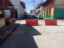 Coatepec, Ver., 22 de enero de 2021.- Esta mañana fueron cerradas vialidades del primer cuadro del municipio para reducir la movilidad ciudadana y minimizar los contagios de COVID-19.