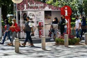 Xalapa, Ver., 22 de enero de 2021.- A pesar de que se implementaron filtros sanitarios para reducir la movilidad en el centro de la Capital, este viernes se observó gran afluencia de personas.