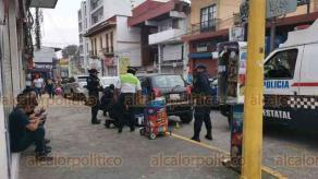 Xalapa, Ver., 23 de enero de 2021.- Adulto mayor, vendedor del producto denominado BonIce se desmayó sobre la calle Clavijero casi esquina Altamirano. Paramédicos de la SSP le brindaron los primeros auxilios.