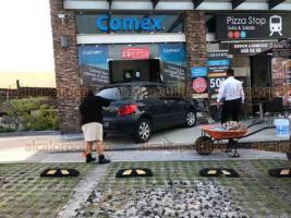 Xalapa, Ver., 27 de enero de 2021.- Un conductor perdió el control de su vehículo y terminó chocando contra la fachada de un local de pintura, en la plaza Monte Magno. En el accidente no hubo lesionados.