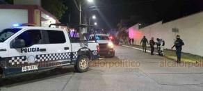 Coatzacoalcos, Ver., 27 de enero de 2021.- El operativo fue en las calles de Nuevo León, esquina Baja California y Nuevo León, esquina con Estado de México. Policías rompieron una puerta a patadas para detener a uno de los implicados.