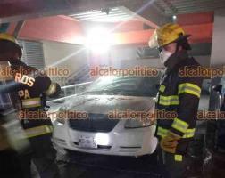 Xalapa, Ver., 24 de febrero de 2021.- Un automóvil se incendió por un aparente cortocircuito en el estacionamiento de Torre Hakim. No hubo lesionados.