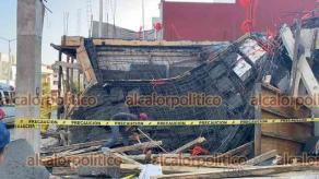 Emiliano Zapata, Ver., 24 de febrero de 2021.- Dos albañiles resultaron lesionados al derrumbarse la cimbra que colaban, en el fraccionamiento Los Cedros.