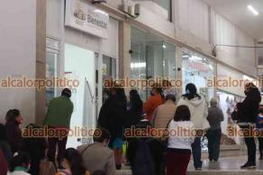 Xalapa, Ver., 26 de febrero de 2021.- Una larga fila de personas se observó en la calle Enríquez para cobrar los apoyos del Gobierno Federal, en el Banco del Bienestar del pasaje Tanos.