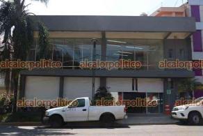 Xalapa, Ver., 26 de febrero de 2021.- Edificio de la avenida Ávila Camacho concentrará oficinas de la Fiscalía. Inició el traslado de sillas y escritorios para comenzar a laborar este primero de marzo.