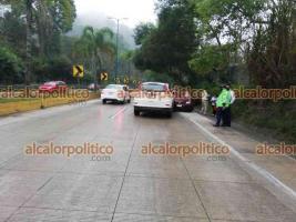 Xalapa, Ver., 3 de marzo de 2021.- Dos vehículos particulares chocaron sobre la carretera Xalapa-Coatepec, a la altura de Los Arenales, con dirección a Coatepec, elementos de Tránsito del Estado abanderan la zona, no se reportan lesionados.