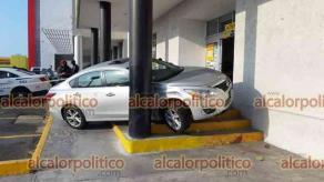 Boca del Río, Ver., 3 de marzo de 2020.- Un carro Nissan acabó trepado sobre los escalones de la entrada de una tienda Office Max, en la plaza Soriana. Al parecer el conductor en lugar de frenar aceleró y acabó montado en las escaleras.