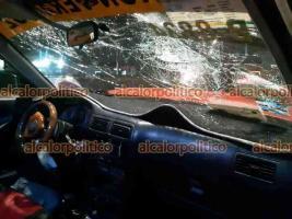 Veracruz, Ver., 7 de marzo de 2021.- La madrugada de este domingo, un taxi se impactó contra una luminaria, sobre la avenida Rafael Cuervo. Tanto el conductor como los tripulantes dejaron abandonada la unidad.