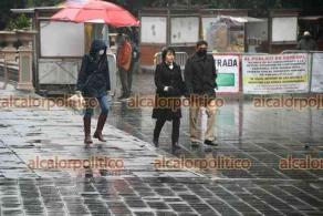 Xalapa, Ver., 7 de marzo de 2021.- Continúa el frío en la capital del estado, por lo que xalapeños salen abrigados y con paraguas para cubrirse de la lluvia.