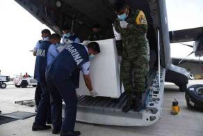 """Veracruz, Ver., 7 de marzo de 2021.- Este domingo aterrizaron más dosis de la vacuna contra el COVID-19 en la Base Aeronaval de """"Las Bajadas"""". En total llegaron 63 mil 400 de Pfizer y 50 mil 440 de Sinovac."""