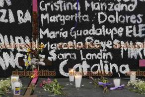 Ciudad de México, 7 de marzo de 2021.- Cientos de mujeres escribieron los nombres de víctimas de feminicidio en las vallas alrededor de Palacio Nacional. Exigen justicia y una nueva política social sin discriminación.