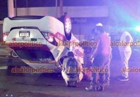 Veracruz, Ver., 9 de abril de 2021.- Esta madrugada, colisionaron dos taxis y uno terminó volcado, en calles de la colonia Formando Hogar. Paramédicos de la Cruz Roja brindaron primeros auxilios a los conductores.