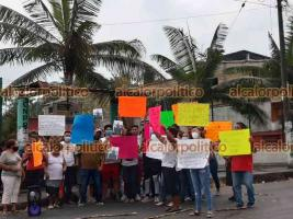 Atoyac, Ver., 9 de abril de 2021.- Familiares y amigos de José Hernández bloquearon la carretera estatal Potrero-Pasó del Macho para exigir la intervención del Gobernador para que su familiar sea liberado.