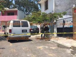 Veracruz, Ver., 10 de abril de 2021.- Al fraccionamiento Villa Rica II se movilizaron elementos de diversas corporaciones policiacas y ministeriales debido al hallazgo de una pareja sin vida adentro de su vivienda; la mujer pertenecía a la SEMAR.
