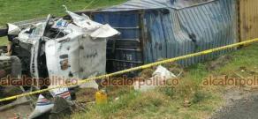 Las Vigas de Ramírez, Ver., 10 de abril de 2021.- Tráiler que circulaba sobre la carretera Perote-Xalapa, terminó volcado luego de que su conductor perdiera el control en la curva de Toxtlacoaya. El conductor resultó con lesiones leves.