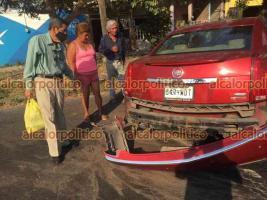 Veracruz, Ver., 10 de abril de 2021.- Un fuerte accidente se presentó este sábado por la tarde en la avenida Cuauhtémoc y Arista, entre un carro tipo Cadillac y un taxi. Al punto se movilizaron elementos de la Cruz Roja, Tránsito y Policías.