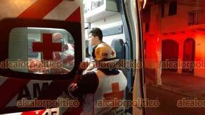 Veracruz, Ver., 10 de abril de 2021.- La noche de este sábado, el conductor de un auto marca Ford se estrelló contra un árbol al quedarse dormido, dejando severos daños materiales; personal de la Cruz Roja y Tránsito Municipal acudieron al accidente en la calle de Flores Magón entre Alacio Pérez y Juan Enríquez en esta ciudad.
