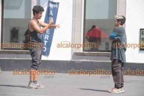 Xalapa, Ver., 11 de abril de 2021.- Jóvenes aprovechan la tranquilidad de este domingo para hacer deporte realizando diversos tipos de saltos en la Plaza Lerdo.