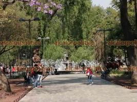 Ciudad de México, 11 de abril de 2021.- En la Alameda Central, los paseantes disfrutan de las fuentes y la tranquilidad de la convivencia familiar.