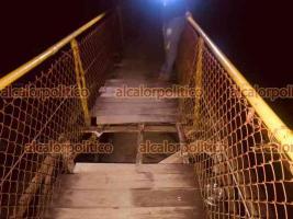 Xico, Ver., 11 de abril de 2021.- Cargando el cadáver, rescatistas tuvieron que pasar por el mismo puente que horas antes se rompió en la Cascada de Texolo y que provocó la muerte de una mujer.