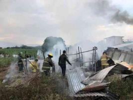 """Coatepec, Ver., 12 de abril de 2021.- La tarde de este domingo, se incendió una vivienda en la localidad de Mahuixtlán, donde lamentablemente murieron 2 perritos calcinados. Los """"tragahumo"""" municipales acudieron para sofocar el siniestro."""