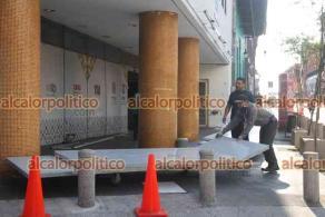 Xalapa, Ver., 12 de abril de 2021.- Trabajadores instalan planchas de protección alrededor del edificio de la SSP. Se informó que son pruebas para determinar cuántas se necesitarán en futuras ocasiones.