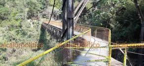 Xico, Ver., 12 de abril de 2021.- Los accesos al puente de la cascada de Texolo fueron cerrados al público, luego de que este domingo se rompieran tablones y una mujer muriera por la enorme caída.