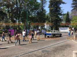 Xalapa, Ver., 12 de abril de 2021.- Vendedores del Paseo de los Lagos de la organización VIVE, hicieron cierres intermitentes frente al Palacio Municipal, en protesta contra el Alcalde. Cerca de las 12:20 horas liberaron la calle.