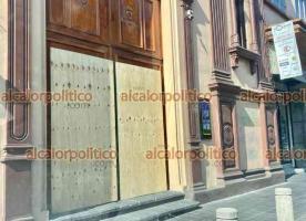 """Xalapa, Ver., 12 de abril de 2021.- Ante la versión de que este lunes habría una marcha feminista, el banco ubicado frente al Palacio de Gobierno y el Beaterio también se """"blindaron"""" por precaución."""