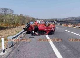 Emiliano Zapata, Ver., 13 de abril de 2021.- Vehículo particular terminó volcado luego de chocar contra el muro divisorio de carriles de la autopista Xalapa-Veracruz, a la altura de la caseta de Plan del Río. No hubo lesionados de gravedad.