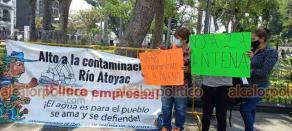 Carrillo Puerto, Ver., 13 de abril de 2021.- Habitantes de El Palmar se manifestaron en el parque 21 de Mayo en contra de instalación de antena de telefonía celular. Otro grupo protesta en el Palacio Municipal.