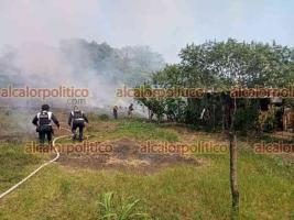 Coatepec, Ver., 13 de abril de 2021.- Bomberos, Policía y PC Municipal de Coatepec acudieron a combatir incendio de pastizal que se registró en el camino a la comunidad La Isleta.