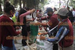 Xalapa, Ver., 14 de abril de 2021.- Productores de ajo de Tlacolulan llegaron a vender a un costado de la Normal Veracruzana, donde desde temprana hora la gente esperaba para adquirir el kilo de los 50 a 70 pesos.