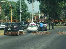 Xalapa, Ver., 14 de abril de 2021.- Taxi y patrulla de la Policía Municipal colisionaron en el cruce de las avenidas Xalapa y Orizaba. Paramédicos de la misma dependencia atendieron a los ocupantes del taxi que resultaron con golpes leves.