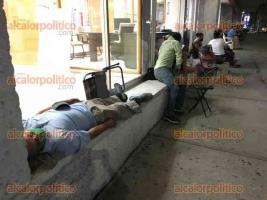 Veracruz, Ver., 14 de abril 2021.- Personas llegan a pernoctar a los módulos de vacunación para apartar lugar y ser de los primeros en recibir la segunda dosis antiCovid en este puerto. La Secretaría de Salud estatal ha informado que esto no es necesario.