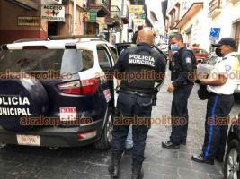Xalapa, Ver., 15 de abril de 2021.- Elementos de la Policía Municipal detuvieron a dos varones señalados de presuntamente quitarle dinero a una mujer discapacitada sobre la calle Zaragoza. Fueron arrestados en la calle Revolución.