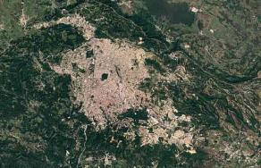 """La herramienta Earth Engine de Google permite observar cómo han crecido ciudades de Veracruz (y el mundo) desde 1984. Esta función recién se agregó a Google Earth. En las imágenes, se muestra la """"explosión"""" de Xalapa en 32 años, de 1988 a 2020. También la del puerto de Veracruz de 1987 a 2020. En ambos casos, imponiéndose lo urbano sobre las áreas verdes."""