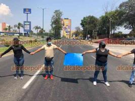 Xalapa, Ver., 16 de abril de 2021.- Egresados normalistas que se manifestaban en la SEV bloquearon algunos minutos el carril con dirección a SEFIPLAN de la avenida Lázaro Cárdenas.