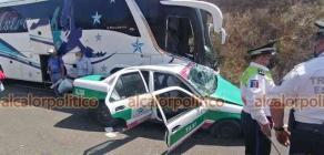 Coatepec, Ver., 16 de abril de 2021.- En el libramiento de Coatepec-Xalapa chocaron un autobús y un taxi de la Capital. Los tres ocupantes del automóvil se reportaron lesionados.