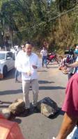Naranjal, Ver., 16 de abril de 2021.- Tras la Mesa de Seguridad, el gobernador Cuitláhuac García y su equipo se encontraron con el camino bloqueado por pobladores que exigían agua. El Mandatario bajó de su vehículo a dialogar con ellos.