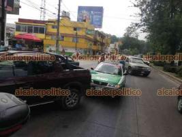 Xalapa, Ver., 16 de abril de 2021.- Una camioneta, una moto y un taxi chocaron sobre la avenida Lázaro Cárdenas, esquina calle María Enriqueta Camarillo. No se reportaron personas lesionadas.