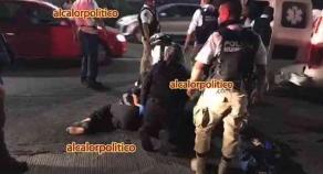 Xalapa, Ver., 16 de abril de 2021.- Mujer fue atropellada por un vehículo particular sobre la avenida Ávila Camacho, a la altura de Banamex, la noche de este viernes. Paramédicos le brindaron atención y fue trasladada en ambulancia al hospital.