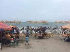 Veracruz, Ver., 18 de abril de 2021.- Sin importar las rachas de viento por la entrada del frente frío 51, turistas abarrotaron playa Villa del Mar. Hasta en chamarra se meten al mar, a pesar de que está marcado con bandera roja.