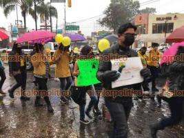 Xalapa, Ver., 18 de abril de 2021.- Sin importar la lluvia, animalistas de la capital marcharon para exigir justicia para Rodolfo, un perro que fue asesinado en Los Mochis, Sinaloa.