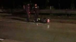 Xalapa, Ver., 18 de abril de 2021.- Se reporta el fallecimiento de una mujer tras derrapar la motocicleta en que viajaba sobre la carretera Xalapa-Coatepec, a la altura de los hoteles.