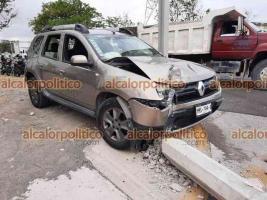 """Veracruz, Ver., 19 de abril de 2021.- Conductor de camioneta marca Renault chocó contra dos postes y derribó uno, a la entrada al fraccionamiento Nuevo Veracruz. Según su dicho, """"pestañeó"""" y perdió el control."""