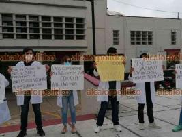 Coatzacoalcos, Ver., 19 de abril de 2021.- Médicos pasantes de comunidades rurales y adscritos al IMSS BIENESTAR protestaron este lunes en el parque Independencia; afirman que no han sido vacunados.
